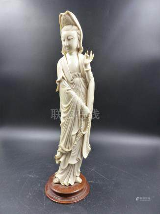 A CHINESE IVORY FIGURE OF GUANYIN, THE ROBED FIGURE STANDING WITH A ROSARY HELD IN HER RIGHT HAND,