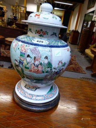A CHINESE FAMILLE VERTE BALUSTER FORM VASE WITH FIGURAL DECORATION, FOUR CHARACTER MARK TO BASE WITH