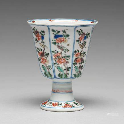 A famille verte octagonal Stem cup, Qing dynasty, Kangxi (1662-1722).
