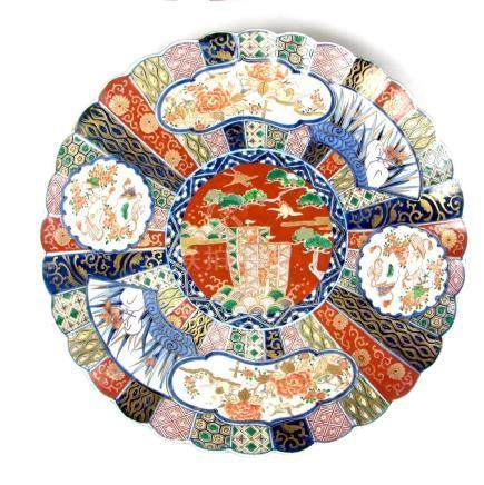 A large Japanese Imari charger, Meiji period (1868 - 1912). Of circular, scalloped form. 16.