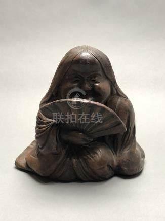 Sujet en terre cuite partinée représentant une geisha à l'éventail. Japon, péri