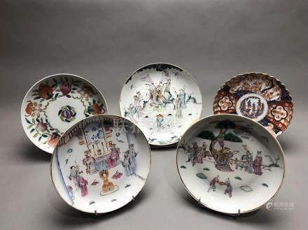 Lot comprenant : - Une assiette en porcelaine Imari. Marque à la base. Japon, X