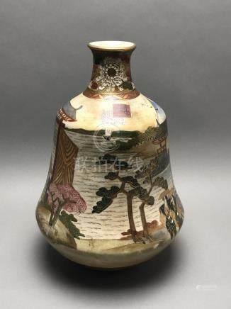 Vase piriforme en porcelaine de Satsuma. Marque à la base. Japon, Meiji. H : 32