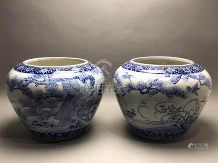 Importante paire de cache-pots en porcelaine à décor en bleu de fleurs et d'ois