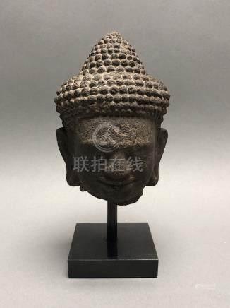 Tête de Bouddha, les yeux mi-clos, en grès gris. Cambodge, art Khmer, d'époque