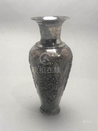 Vase en argent de forme balustre décoré en léger relief de fleurs dans des cart