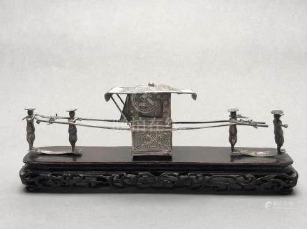 Palanquin miniature porté par 4 serviteurs en argent sur un socle en bois sculp