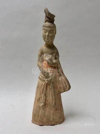 Dame de cour debout, à la coiffure en chignon, portant une longue jupe. Terre c