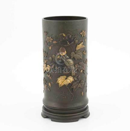 ZylindervaseJapan, Meiji-Zeit. Bronze mit Metallapplikationen. Blumen-/Vogeldekor. H 30,5cm. –