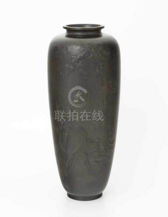 VaseJapan, Meiji-Zeit. Bronze. Hohe, schmale Vase mit reliefierter Darstellung eines Hirsches und
