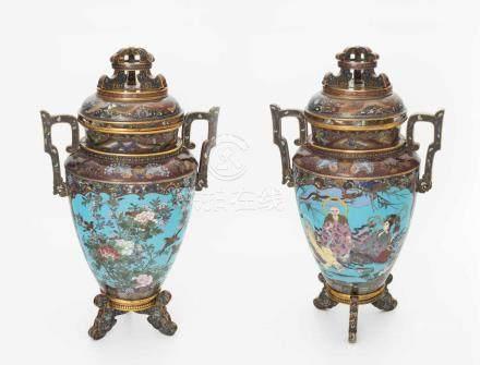 1 Paar grosse DeckelvasenJapan, Meiji-Zeit. Bronze und Email cloisonné. Balusterform mit Henkeln auf