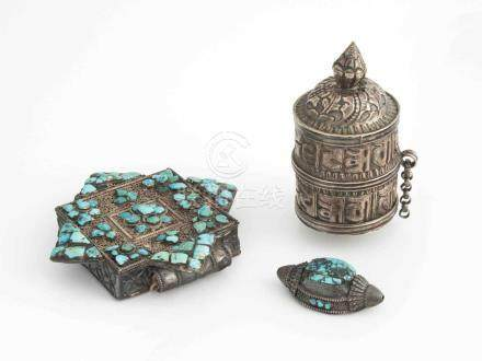 Lot: 1 Amulettbehälter, 1 Teil einer Gebetsmühle und 1 HaarschmuckTibet. Amulettbehälter (G'au)
