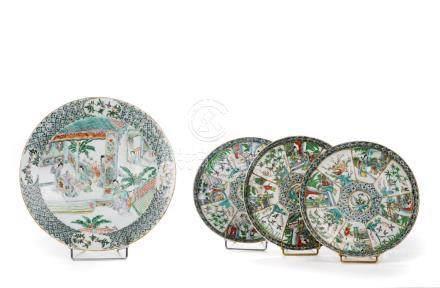 Chine, XIXe siècle.  Série de trois assiettes en porcelaine de Canton à décor d
