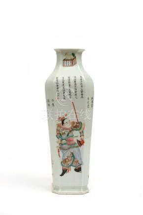 Chine, XIXe siècle.  Elégant vase quadrangulaire en porcelaine, le col légèreme