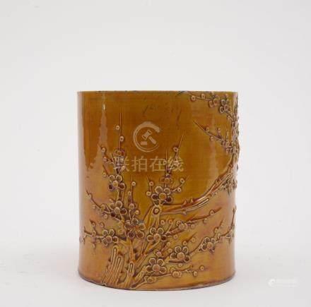 Chine, XIXe siècle.  Pot à pinceaux en porcelaine emaillée monochrome jaune, dé