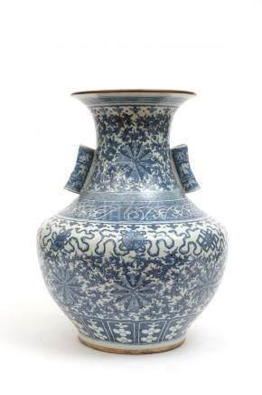 Chine, XIXe siècle. Grand vase en porcelaine de forme balustre agrémenté d'un d