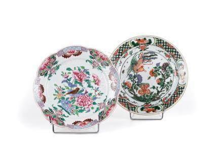 Chine, XVIIIe et XIXe siècle.  Deux assiettes en porcelaine, l'une famille vert