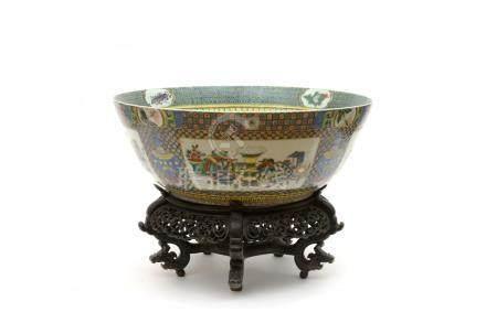 Chine, Canton XIXe siècle. Grande vasque en porcelaine de la famille verte à dé