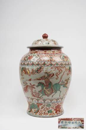Chine, XIXe siècle. Grande jarre couverte en porcelaine à décor Wucai à décor d