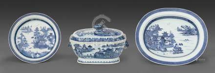 Chine, Compagnie des Indes. Epoque XVIII - XIXe siècle. Ensemble en porcelaine