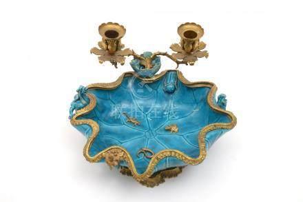 Chine, XIXe siècle.  Bougeoir vide-poche en porcelaine à glaçure monochrome tur