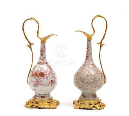 Chine, XVIIIe siècle.  Paire de vases à eau en porcelaine à décor corail, montu