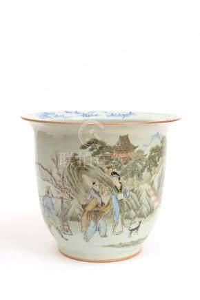Chine, XXe siècle.  Cache-pot en porcelaine emaillée à motif de personnages et