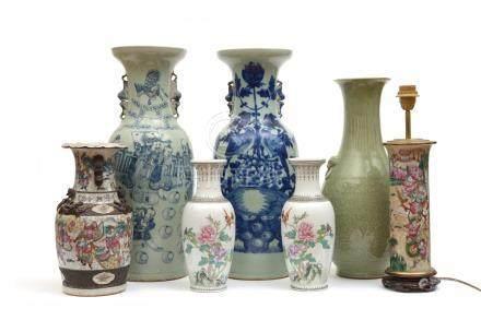 Chine, XIXe siècle.  Ensemble de vases en porcelaine comprenant une paire de va