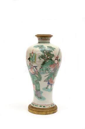 Chine, XVIIIe-XIXe siècle. Petit vase en porcelaine de forme meiping à décor de