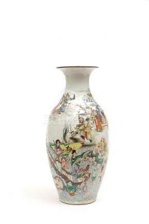 Chine, début XXe siècle.  Vase en porcelaine à décor de luohans.  H. : 42 cm Co