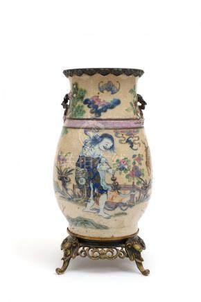Chine, XIXe siècle.  Vase en porcelaine de Nankin à décor de la famille rose co