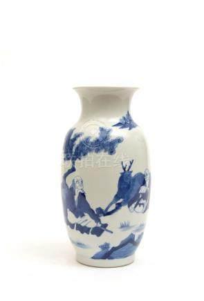 Chine, moderne.  Vase en porcelaine à décor bleu et blanc de personnage et daim