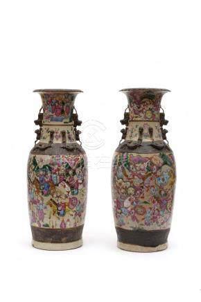 Chine, XIXe siècle.  Paire de vases en porcelaine dite 'de Nankin'  et décor de