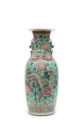 Chine, XIXe siècle. Grand vase en porcelaine à décor de la famille rose de drag