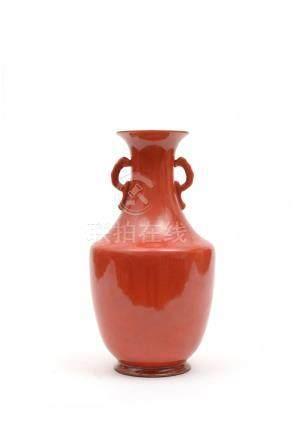 Chine, XIXe siècle.  Vase en porcelaine monochrome corail de forme balustre, le