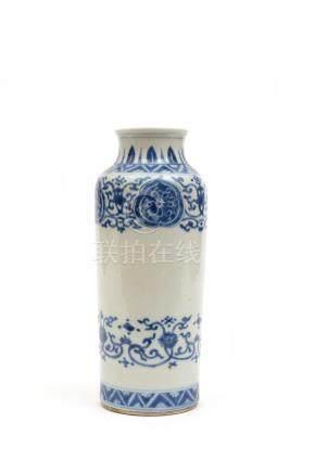 Chine, style Transition.  Vase en porcelaine à décor bleu et blanc de rinceaux