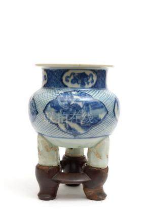 Chine, XIXe siècle.  Brûle-parfum tripode en porcelaine à décor bleu et blanc d