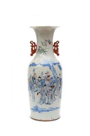 Chine, vers 1900.  Grand vase en porcelaine à décor de personnages et poèmes. L