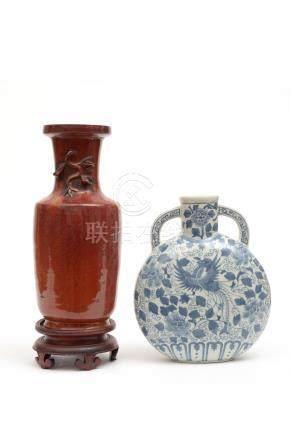 Chine, XIXe siècle.  Ensemble comprenant deux vases, l'un rouleau monochrome ro