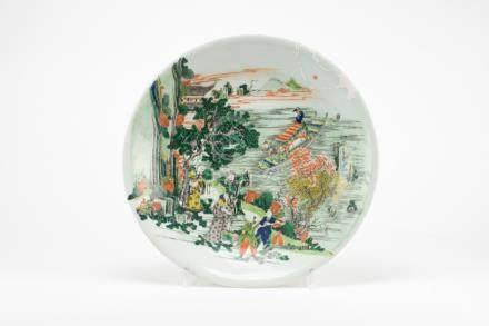 Chine, époque Kangxi. Grand plat en porcelaine à décor de la famille verte à dé