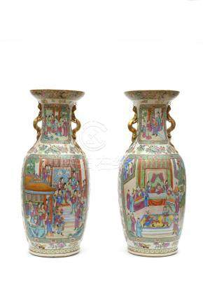 Chine, XIXe siècle. Paire de vases en porcelaine à décor de la famille rose de