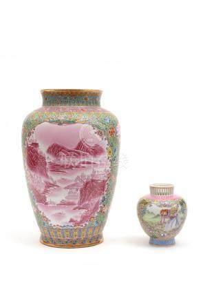 Chine, XXe siècle.  Deux vases en porcelaine emaillée à décor de paysages et pe