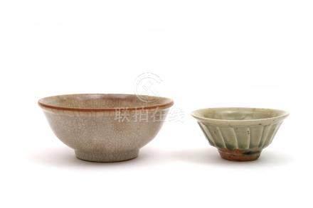 Chine, XXe siècle.  Ensemble comprenant un vase malle et deux bols a couverte c