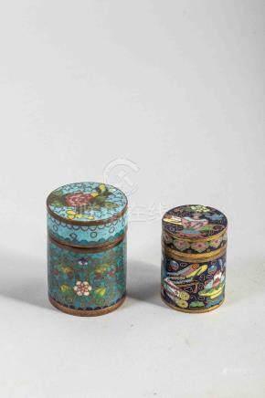 Deux petites boites cylindriques en cloisonné. Chine. Ancien. 5,5cm et 4cm.
