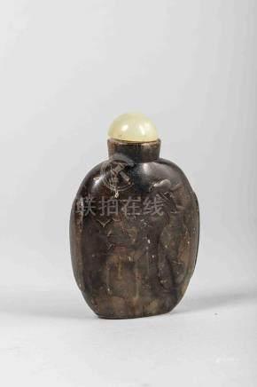 Tabatière en pierre tendre ciselée de vases d'offrandes. Chine. Dynastie Qing.