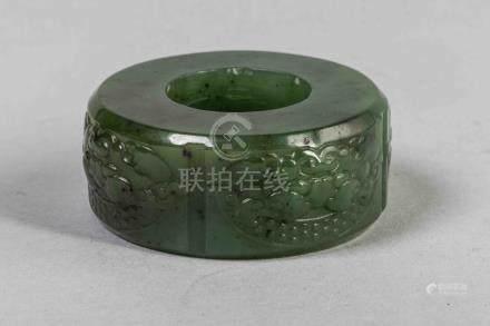 Bague d'archer ciselé de médaillon de rinceaux et granulations. Jade vert. Chin