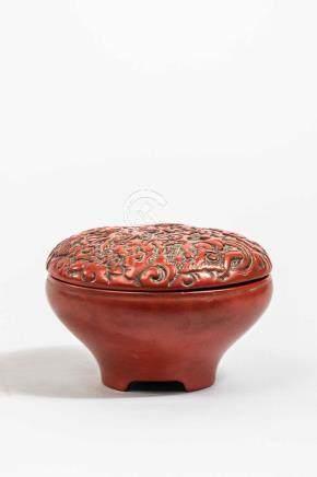 Boîte oblongue ciselé de motifs de dragons au couvercle. Laque cinabre. Chine.