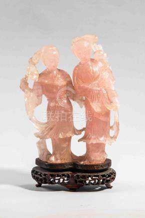 Deux dames de cour figurées  debout vêtues de longues robes et coiffées  de chi