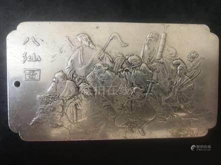 Une plaque moulée sur une face de personnages légendaires et marqué d'un poinço