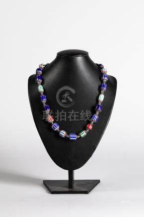 Collier recomposé selon la tradition de perles de Venise et perles de métal arg